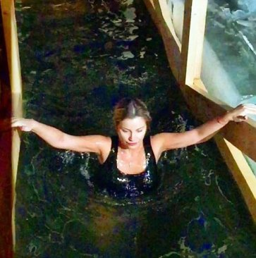 А Ольга Орлова купалась в проруби на Крещение Господне